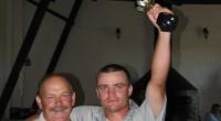 Bezlitosne lipcowe słońce zamieniło nasze pole golfowe w rozgrzaną patelnię, ale i tak na starcie stanęło więcej osób niż przed miesiącem. Najlepszy był Jarosław Michalski, któremu do pokonania osiemnastki wystarczyły 64 uderzenia. Drugie miejsce zajął Adam Pawlonka (67), a trzecie Marcin Łabentowicz (72). W kategorii netto zwyciężył Zenek Gralak. Drugi był Mircea Sirbu, trzeci Krzysztof Różewicki.