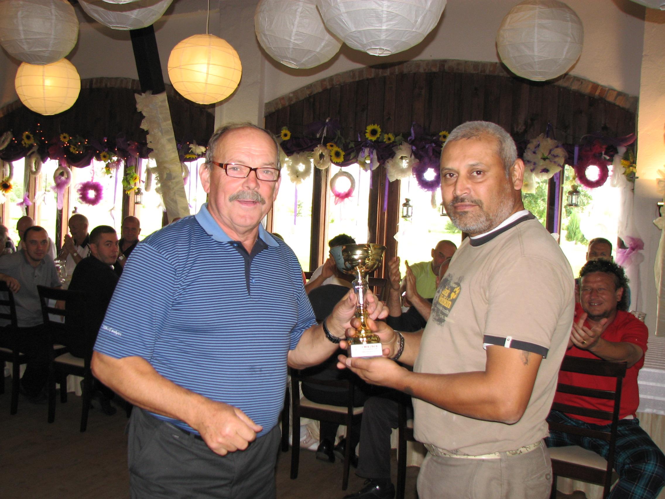 """Na wrześniowym turnieju z cyklu Olszewka Cup Darri Bohra wyrównał rekord pola ustanowiony przez Adama Pawlonkę – do pokonania osiemnastu dołków wystarczyło mu 58 uderzeń. <a href=""""http://golf-olszewka.pl/wp-content/uploads/2011/09/img_4215.jpg""""></a>"""