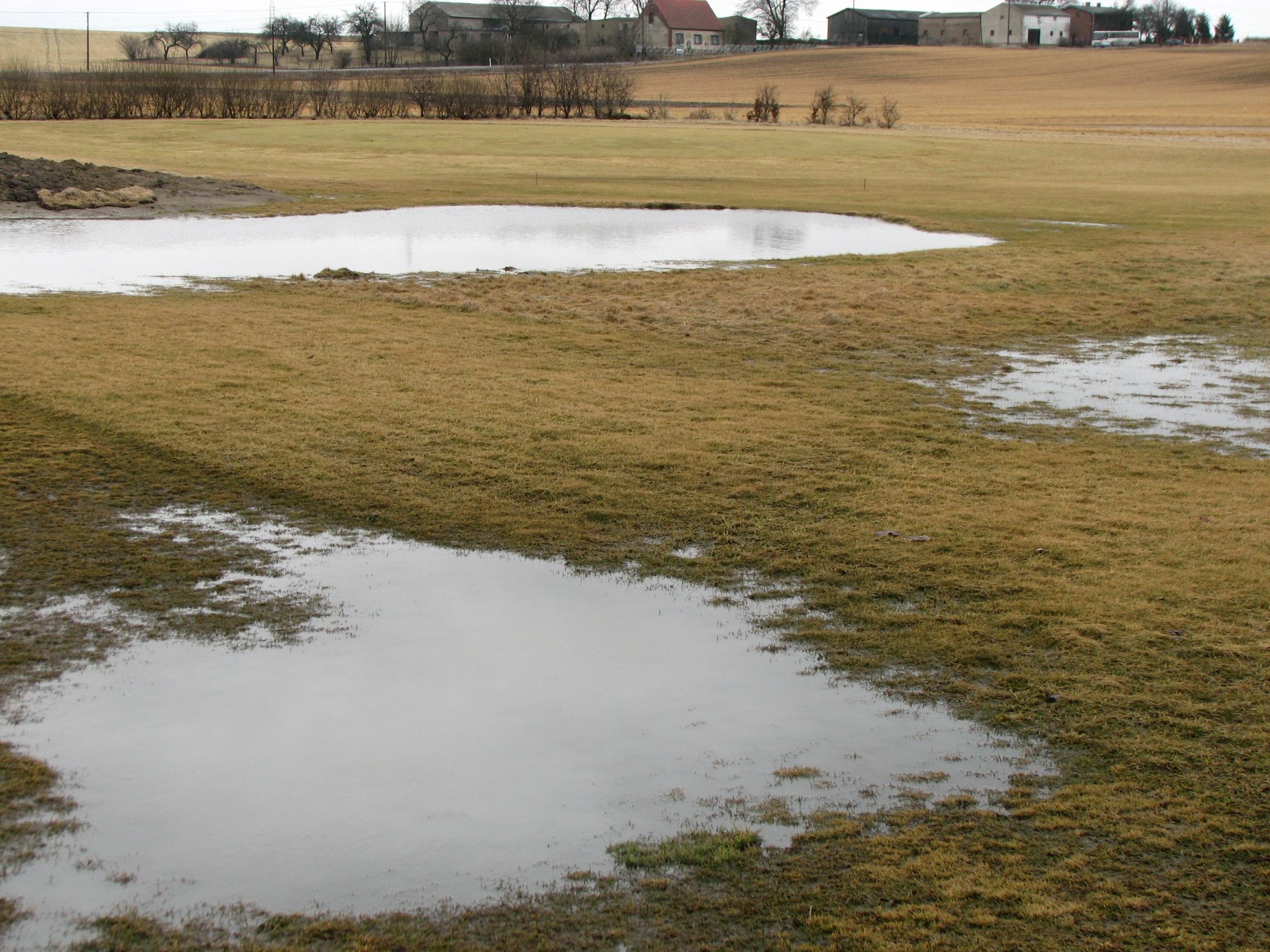 Niestety na start sezonu przyjdzie nam jeszcze trochę poczekać. Pole jest jeszcze bardzo mokre, wszystkie bunkry są pełne wody a w niektórych miejscach stoją wielkie kałuże. Widok na czwarty green