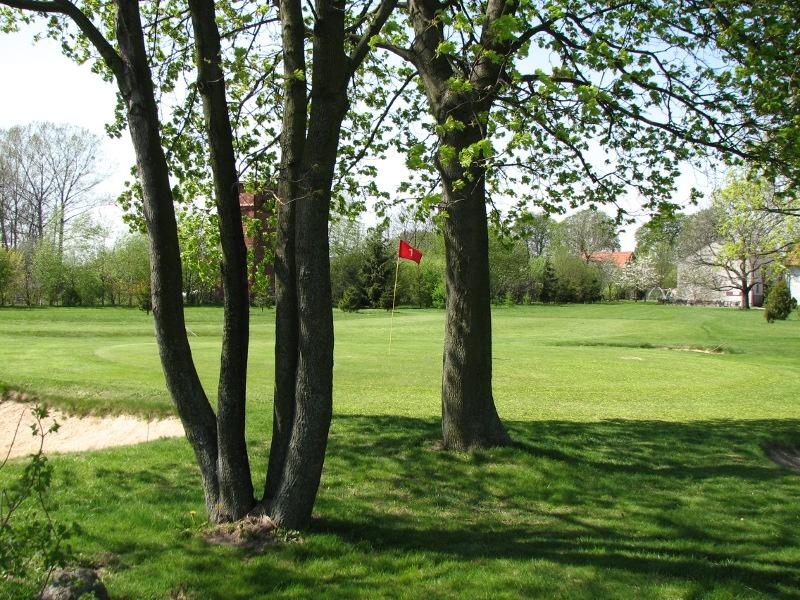 """<a href=""""http://golf-olszewka.pl/wp-content/uploads/2012/04/IMG_5370.jpg""""></a>Widok zza pierwszego greenu"""