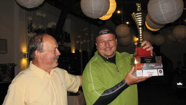 """<a href=""""http://golf-olszewka.pl/wp-content/uploads/2012/10/adam_ikona.jpg""""></a> Adam Pawlonka odbiera z rąk Prezesa puchar i nagrody za pierwsze miejsce w cyklu turniejów Olszewka Cup 2012"""