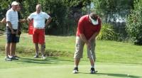 Palące słońce nie odstraszyło golfistów i na starcie sierpniowego turnieju stanęło 25 osób. Najlepszy był Piotr Słojewski, drugi Arek Płaszczykowski. O trzecim miejscu zadecydowała dogrywka, w której Piotr Falewicz pokonał Waldemara Badowskiego i Pawła Kęsika.
